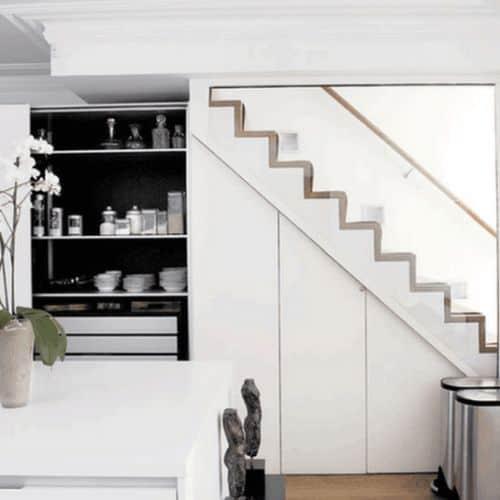 dapur bersih bawah tangga minimalis putih
